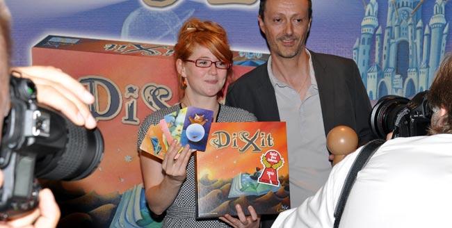 Im Fokus der Medienöffentlichkeit: Der Dixit-Autor Jean-Louis Roubira und die -Grafikerin Marie Cardouat freuen sich über die Auszeichnung Spiel des Jahres 2010. Foto: Spiel des Jahres e.V.