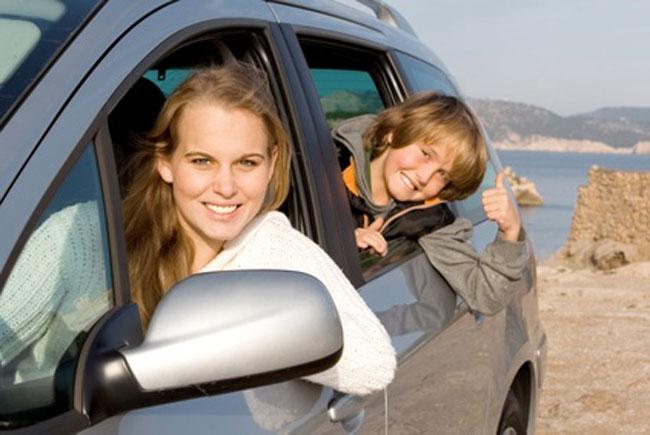 Reisespiele sorgen auf der Fahrt in den Urlaub für gute Laune. Foto: godfer/fotolia.de