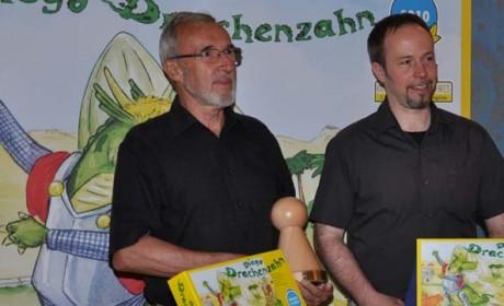 """Manfred Ludwig (links), Autor von """"Diego Drachenzahn"""" und sein Grafiker Peter Nishitani freuen sich über die Auszeichnung """"Kinderspiel des Jahres 2010"""". Foto: Spiel des Jahres e.V."""