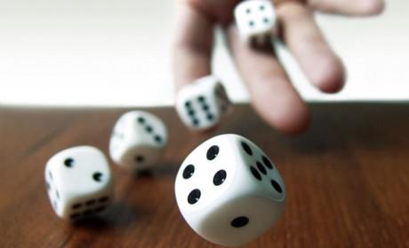 Wann ist der richtige Zeitpunkt beim Würfelspiel Zehntausend aufzuhören? Die Spieler befinden sich in einem ständigen Dilemma. Foto: complize/photocase.com