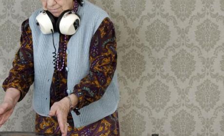 Was hat diese Oma mit zuspieler.de zu tun? Die Antwort erfährst Du in Essen bei ausgewählten Partnern von zuspieler.de. Foto: dan talson/fotolia.de