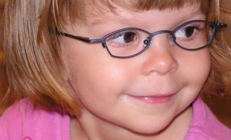"""Eltern verfolgen die Entwicklung ihrer Kinder mit Freude und Spannung. Im Kindergarten und in der Schule hoffen sie, dass ihr Kind Freunde findet und gut zurecht kommt. Heißt es nach einer Vorsorgeuntersuchung beim Augenarzt """"Ihr Kind braucht eine Brille"""", sind sie oft besorgt: Wie werden Freunde und Mitschüler reagieren? Eine Studie zerstreut eventuelle Sorgen um die Legende von der Brillenschlange. Foto: KGS"""