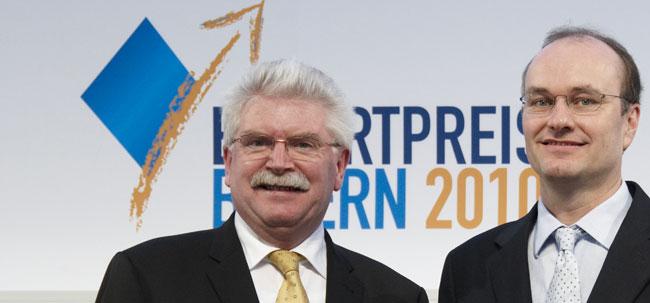 Der bayerische Wirtschaftsminister Martin Zeil (links) überreicht  den Exportpreis 2010 an Hermann Hutter, Geschäftsführer Hutter Trade. Foto: Christoph Vohler Fotografie/Bayern International.