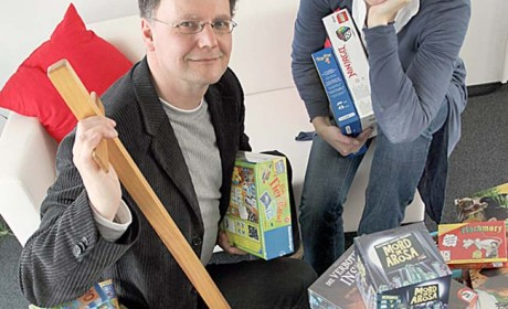 Die Juroren Julia Rahmelow (rechts) und Ralf Ruhl haben 20 aktuelle Spiele für den Deutschen Lernspielpreis nominiert. Foto: Deutscher Lernspielpreis