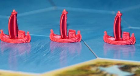 Leinen los: Mit der Seefahrer-Erweiterung segeln die Siedler von Catan zu neuen Ufern. Neben dem Klassiker gibt's zahlreiche weitere Spiele rund ums Wasser. Wir stellen drei empfehlenswerte vor. Foto: Sebastian Wenzel/zuspieler.de