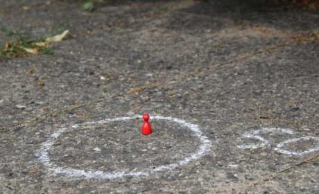 Auch das Tiny Urban Game nutzt die Straße: Die Spieler müssen ihre Männchen möglichst geschickt rund um eine Straßenkreuzung positionieren. Foto: Sebastian Wenzel