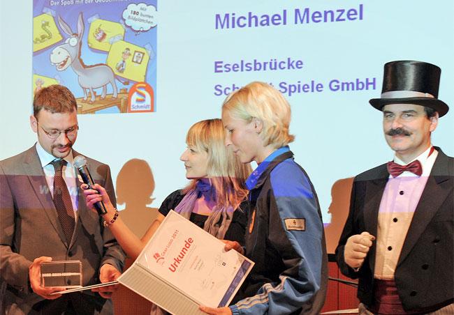 """Michael Menzel erhält die Auszeichnung Graf Ludo 2011 für """"Eselsbrücke"""" in der Kategorie """"Beste Familienspielgrafik"""". Foto: Graf Ludo"""