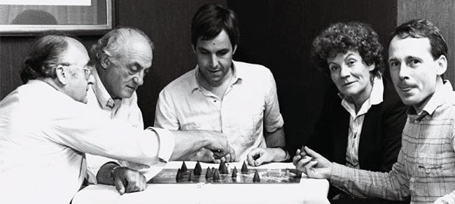 """""""Sagaland"""", von Alex Randolph und Michel Matschoss (Mitte) wurde das """"Spiel des Jahres 1982"""". Links: Erwin Glonnegger (Ravensburger Verlagsleiter), rechts: Brigitte Rek (Presse) und Frank Soecknik (Redaktion). Foto: Drei Hasen in der Abendsonne"""
