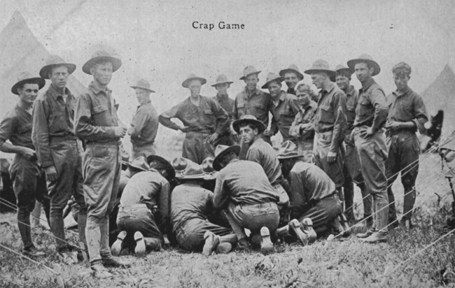 """Postkarte um 1910: """"Crap Game"""": amerikanische Soldaten in einem Zeltlager beim Craps-Spiel. """"Quelle: Ulrich Vogt """"Der Würfel ist gefallen - 5000 Jahre rund um den Kubus"""", Olms Verlag, Hildesheim""""."""